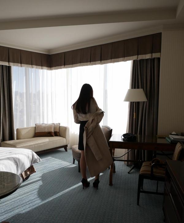 脱衣画像 女が服を脱ぎかけてるエロ画像100枚の004枚目