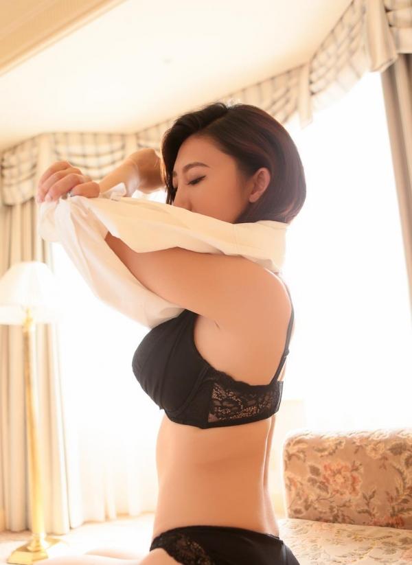 服を脱ぐしぐさにグッと来る美女の脱衣画像100枚の016枚目