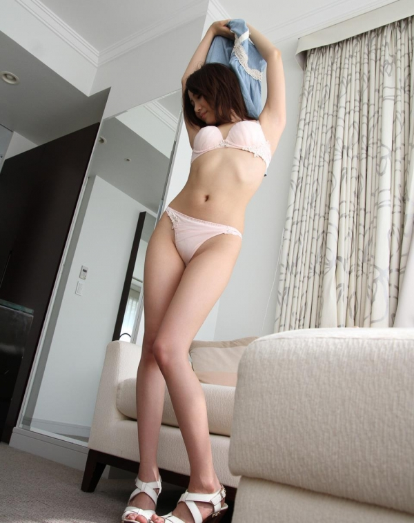 服を脱ぐしぐさにグッと来る美女の脱衣画像100枚の046枚目