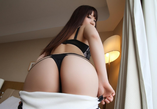 服を脱ぐしぐさにグッと来る美女の脱衣画像100枚の079枚目