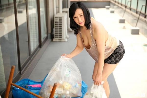 五十路の無修正女優 服部圭子 ノーブラ奥さんエロ画像48枚のb04枚目