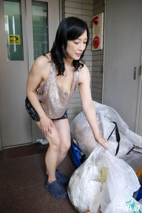 五十路の無修正女優 服部圭子 ノーブラ奥さんエロ画像48枚のb05枚目