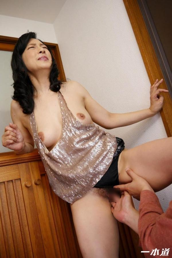 五十路の無修正女優 服部圭子 ノーブラ奥さんエロ画像48枚の2