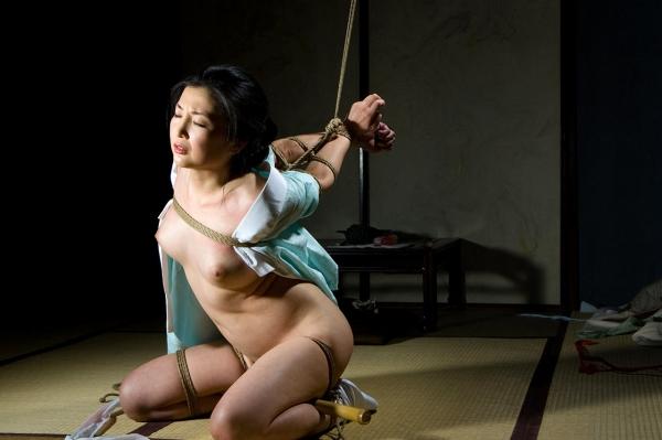 全裸熟女を緊縛 樋口冴子(桐島千沙)SM画像85枚の033枚目