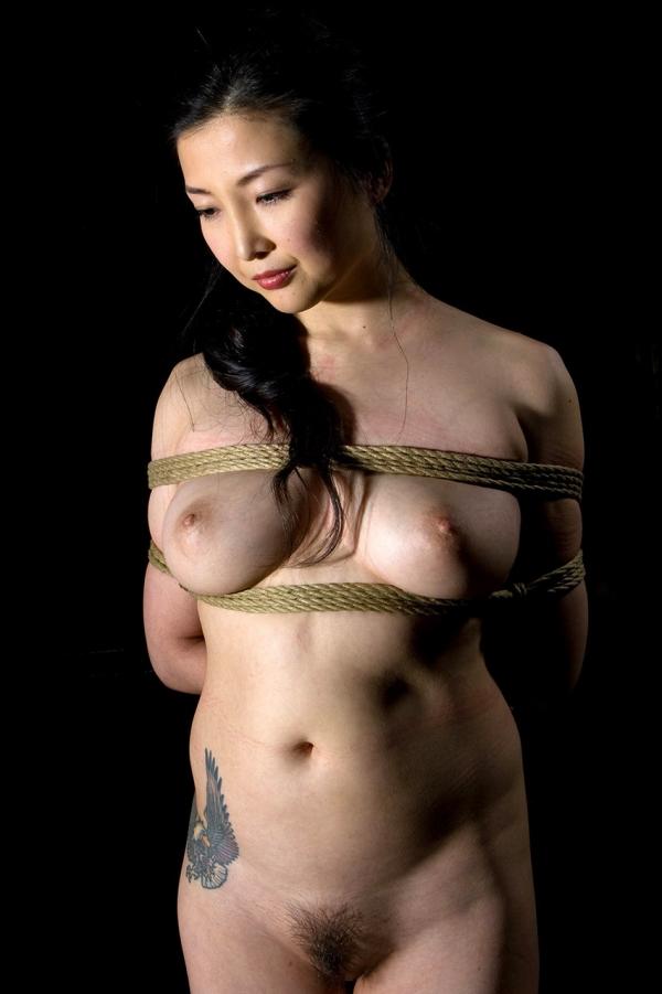 全裸熟女を緊縛 樋口冴子(桐島千沙)SM画像85枚の065枚目