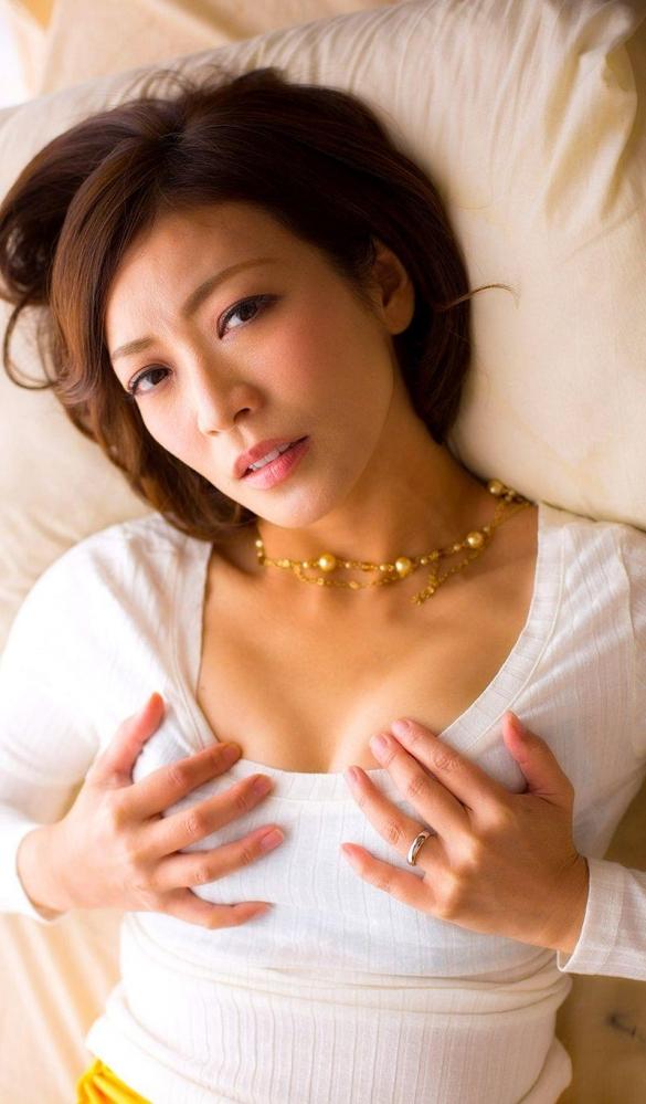 瞳リョウ 無修正で人気の妖艶美熟女のエロ画像40枚のa002枚目