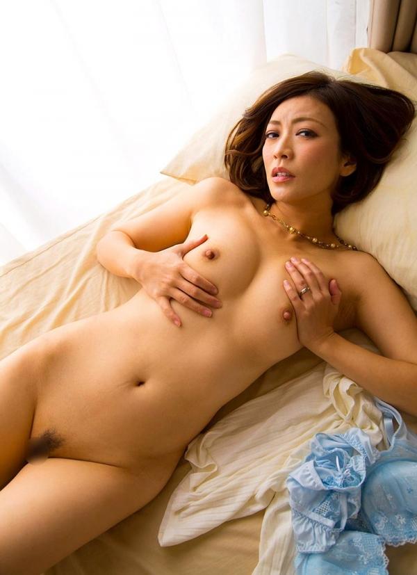 瞳リョウ 無修正で人気の妖艶美熟女のエロ画像40枚のa021枚目