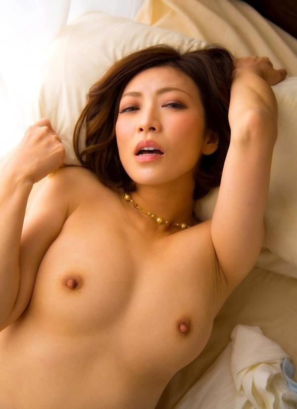 瞳リョウ 無修正で人気の妖艶美熟女のエロ画像40枚のa022枚目