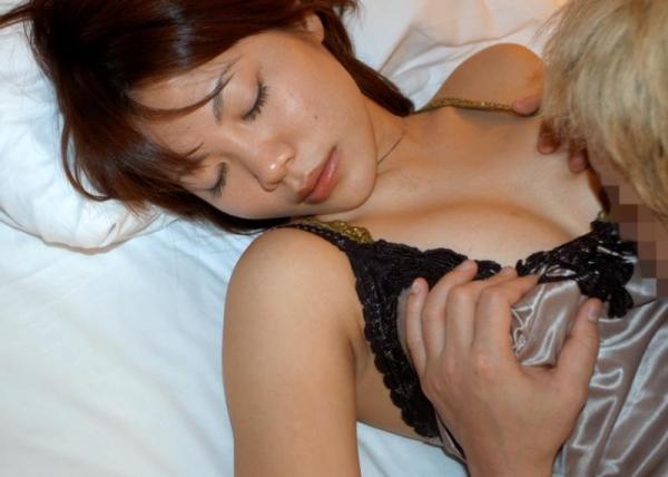 新婚の人妻を寝取ってヒーヒーいわせてるエロ画像60枚の003枚目