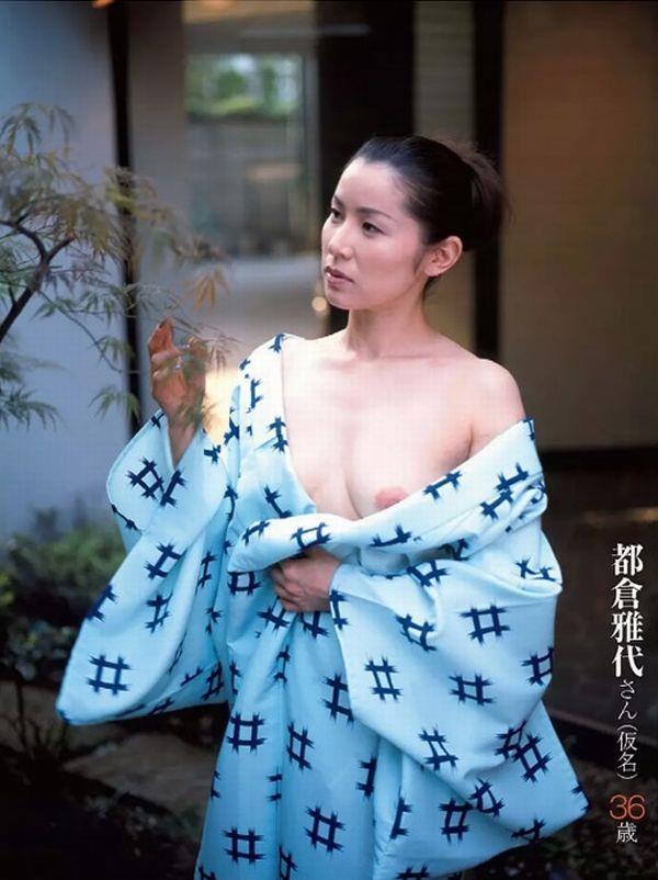 通販限定で高額販売されてる素人熟女ヌード写真集の中身がこちらの01枚目
