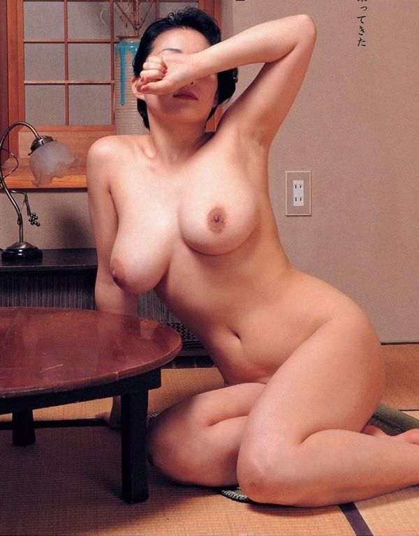 通販限定で高額販売されてる素人熟女ヌード写真集の中身がこちらの16枚目