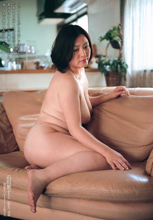 通販限定で高額販売されてる素人熟女ヌード写真集の中身がこちらの24枚目