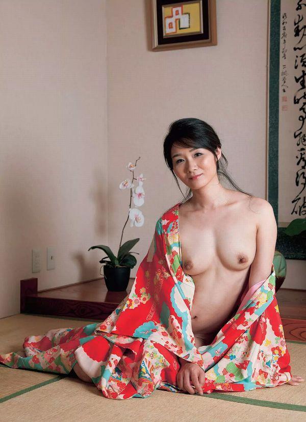 通販限定で高額販売されてる素人熟女ヌード写真集の中身がこちらの33枚目