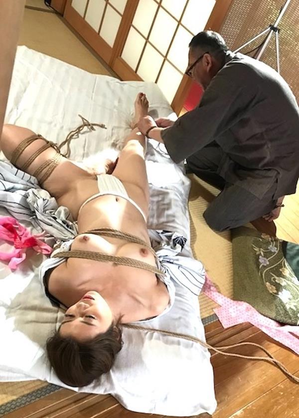 美熟女北条麻紀さん巨匠緊縛師に縛られて感激する【画像50枚】の04枚目