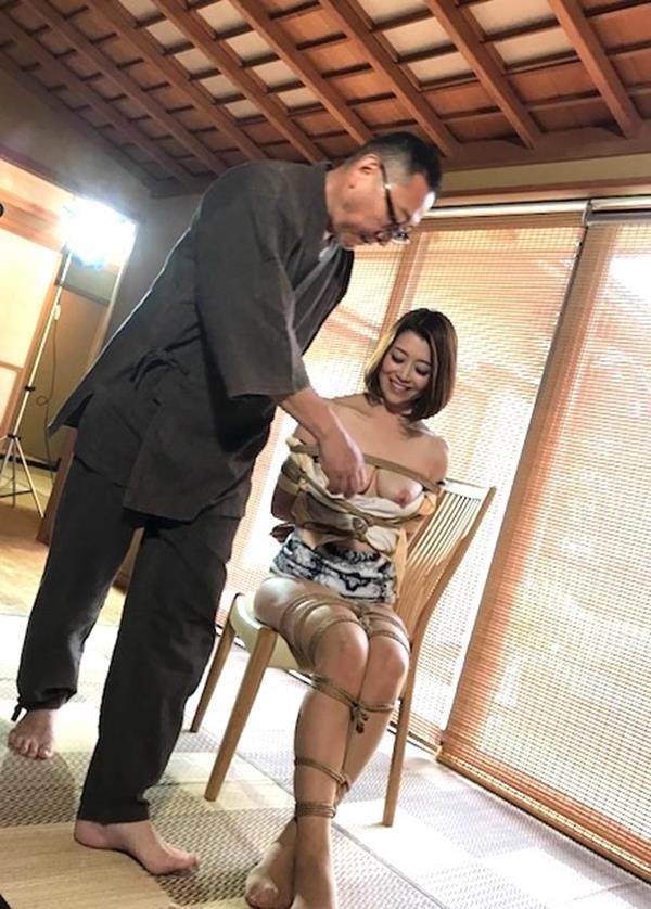 美熟女北条麻紀さん巨匠緊縛師に縛られて感激する【画像50枚】の09枚目