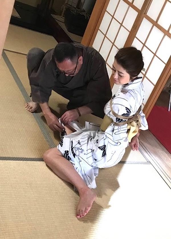美熟女北条麻紀さん巨匠緊縛師に縛られて感激する【画像50枚】の20枚目