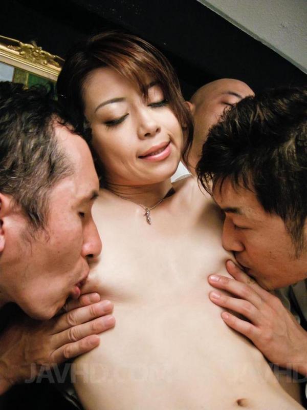 北条麻紀が男3人と4Pセックスしてるエロ画像30枚のb002枚目