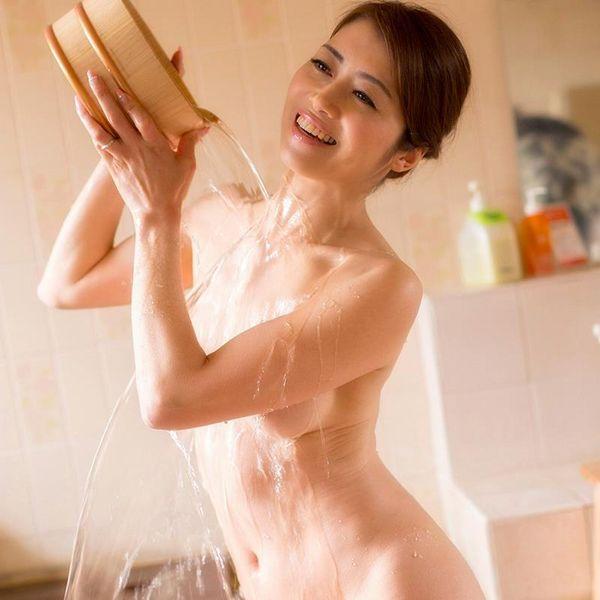 熟女の入浴画像 北条麻妃さん、しっとりと温泉入浴中68枚の1