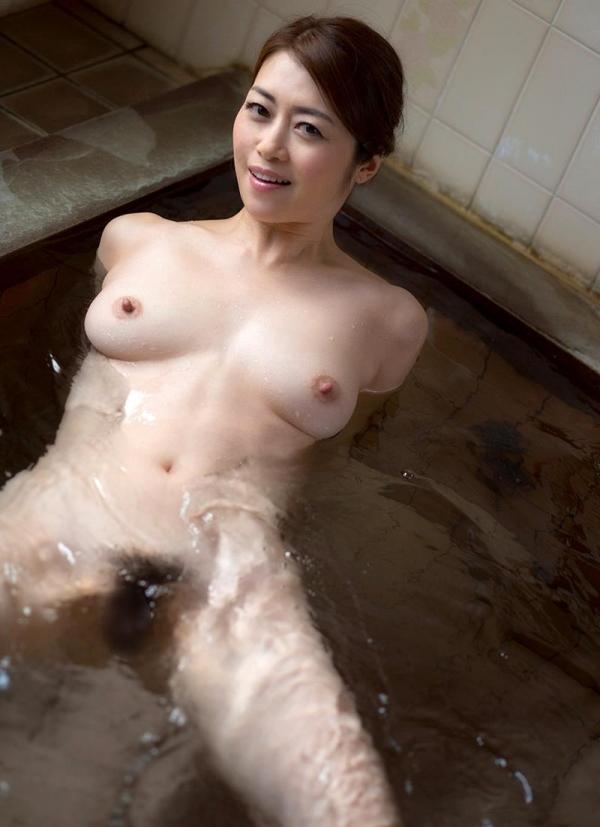 熟女の入浴画像 北条麻妃さん、しっとりと温泉入浴中68枚のb01枚目