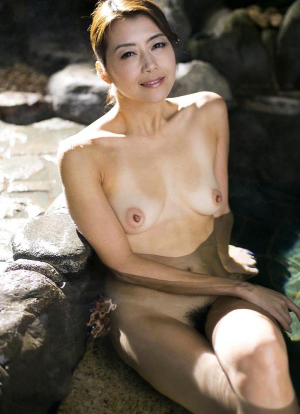 熟女の入浴画像 北条麻妃さん、しっとりと温泉入浴中68枚のb22枚目