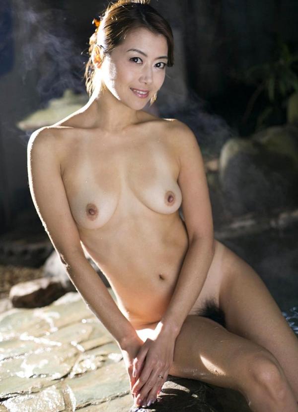 熟女の入浴画像 北条麻妃さん、しっとりと温泉入浴中68枚のb24枚目