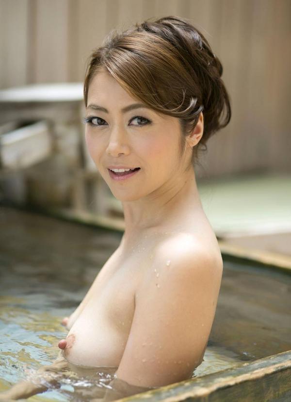 熟女の入浴画像 北条麻妃さん、しっとりと温泉入浴中68枚のb29枚目