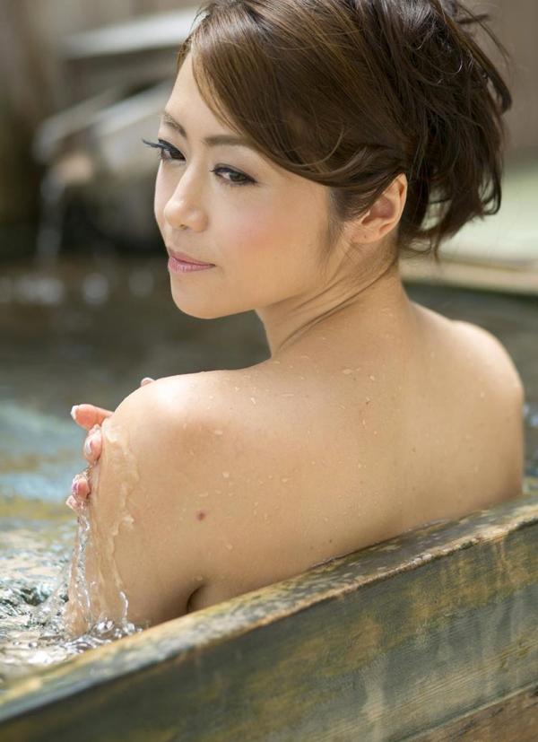 熟女の入浴画像 北条麻妃さん、しっとりと温泉入浴中68枚のb31枚目