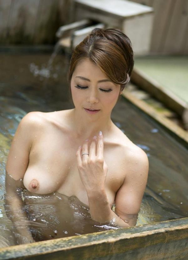 熟女の入浴画像 北条麻妃さん、しっとりと温泉入浴中68枚のb33枚目