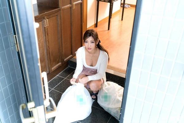 百多えみり(水稀みり) 朝ゴミ出しする近所の遊び好きノーブラ奥さんのb04枚目