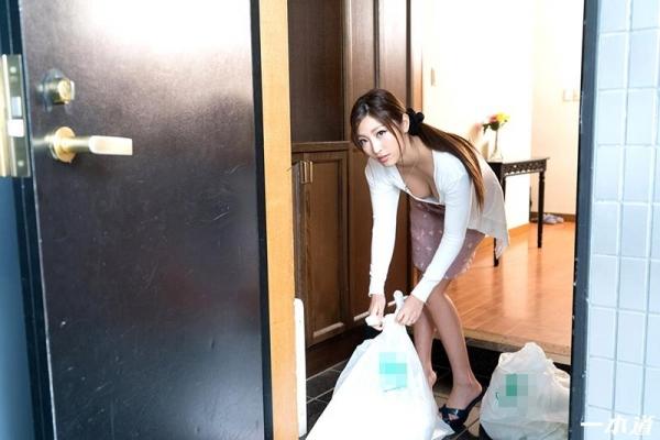 百多えみり(水稀みり) 朝ゴミ出しする近所の遊び好きノーブラ奥さんのb06枚目
