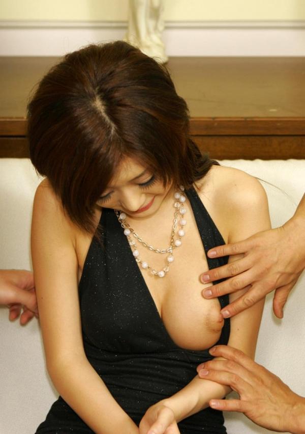 美女のおまんこを男二人で凌辱!紺野りさ子エロ画像30枚の01枚目