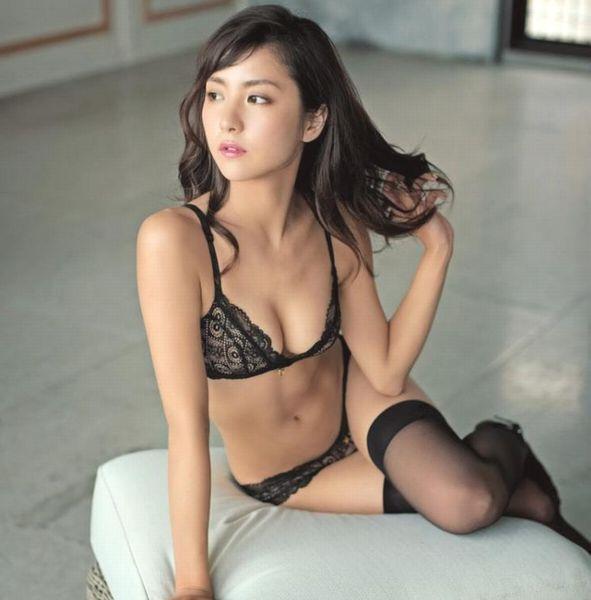 石川恋 色香倍増!水着セクシーグラビア画像80枚の1