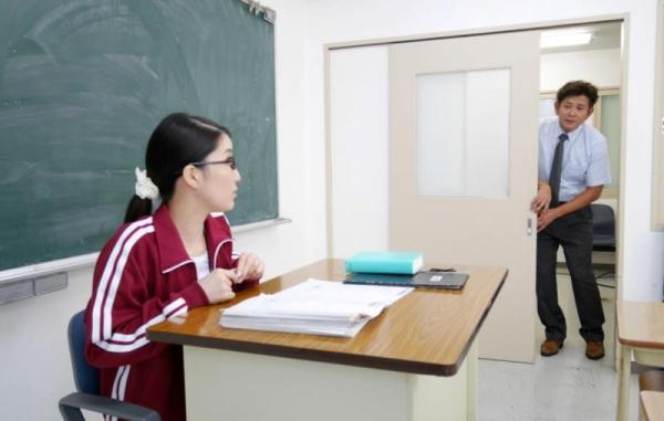 メガネの美人女教師が同僚の男性教師と3Pやってる画像27枚の07枚目