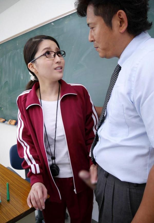 メガネの美人女教師が同僚の男性教師と3Pやってる画像27枚の09枚目