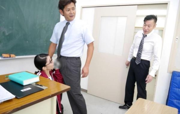 メガネの美人女教師が同僚の男性教師と3Pやってる画像27枚の10枚目