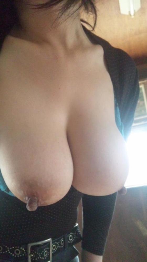 熟女の勃起乳首がデカくて無性にエロい画像85枚の2