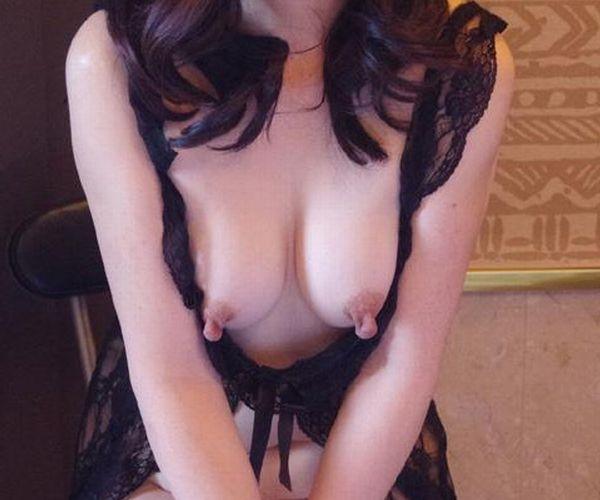 熟女の勃起乳首がデカくて無性にエロい画像85枚の1