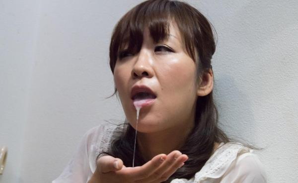 チンコを食べる勢いで咥える熟女のフェラチオ画像100枚の018枚目