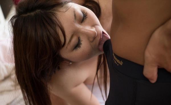 チンコを食べる勢いで咥える熟女のフェラチオ画像100枚の019枚目