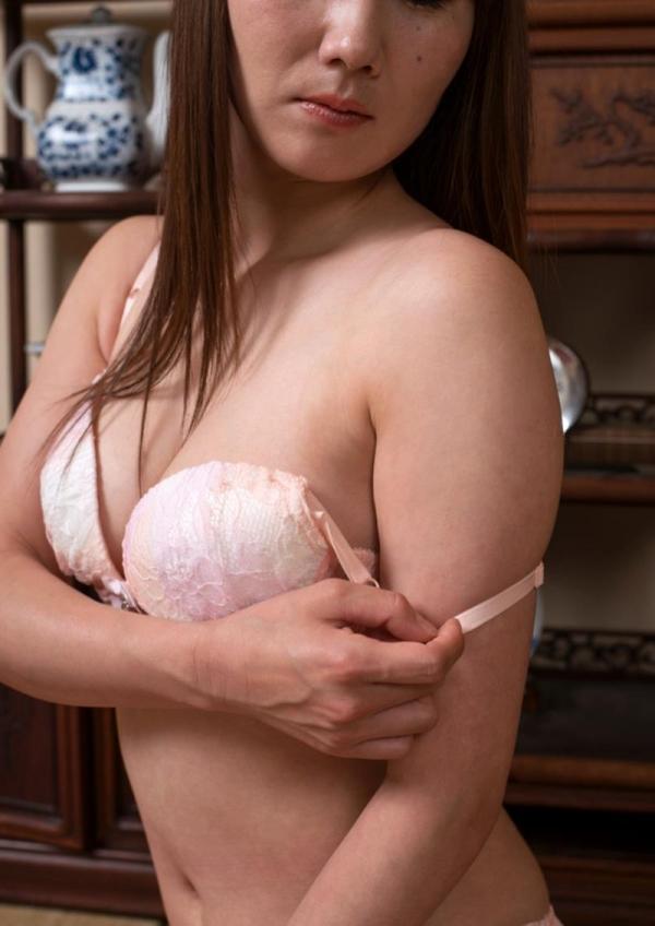 玄関やキッチンでセックスしちゃう熟女妻のエロ画像110枚の013枚目