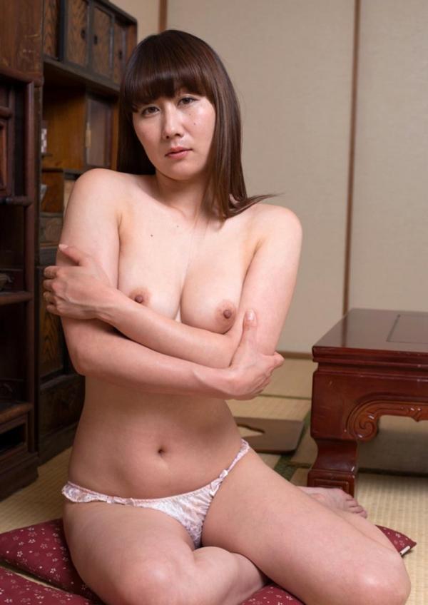 玄関やキッチンでセックスしちゃう熟女妻のエロ画像110枚の017枚目