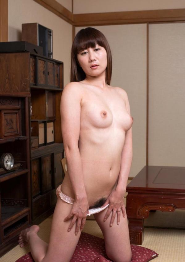 玄関やキッチンでセックスしちゃう熟女妻のエロ画像110枚の018枚目