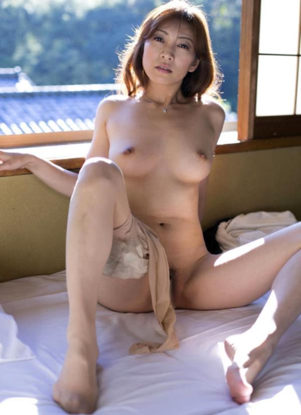 熟女のM字開脚画像 股間を見せつけ誘う淫乱エロ年増50枚の43枚目