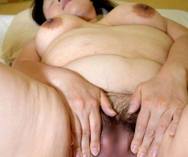 性欲が強そうなむっちり熟女がヌードでくぱぁしてる画像50枚の1