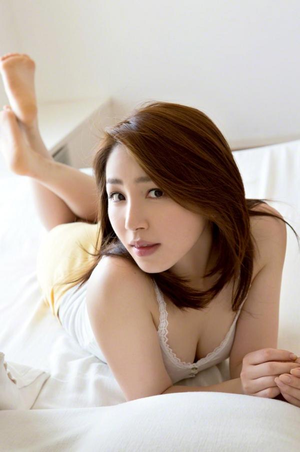 吉川友 色白巨乳が眩しいセクシー水着画像90枚の025番