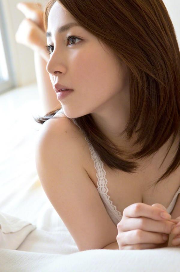 吉川友 色白巨乳が眩しいセクシー水着画像90枚の026番
