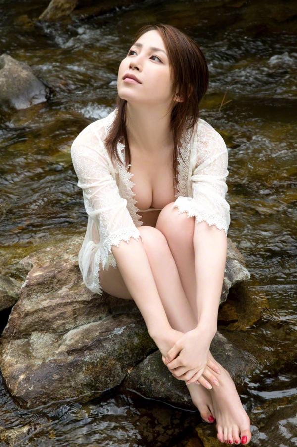 吉川友 色白巨乳が眩しいセクシー水着画像90枚の035番