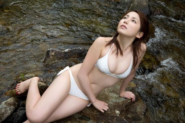 吉川友 色白巨乳が眩しいセクシー水着画像90枚の037番