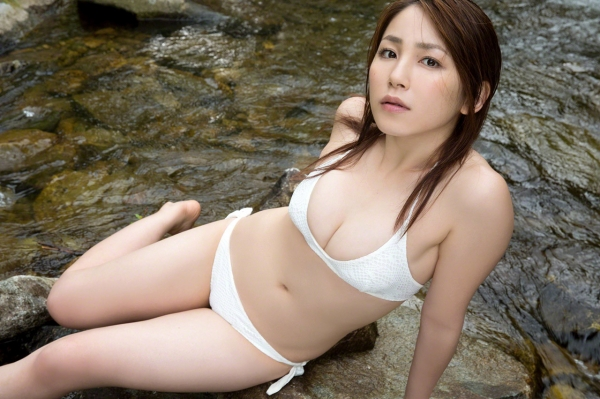 吉川友 色白巨乳が眩しいセクシー水着画像90枚の038番