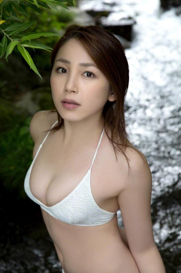 吉川友 色白巨乳が眩しいセクシー水着画像90枚の039番